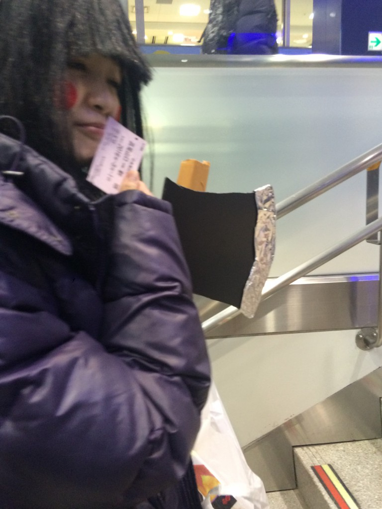 寒いのでジャンパーを着込んでいる金太郎@京王線新宿駅