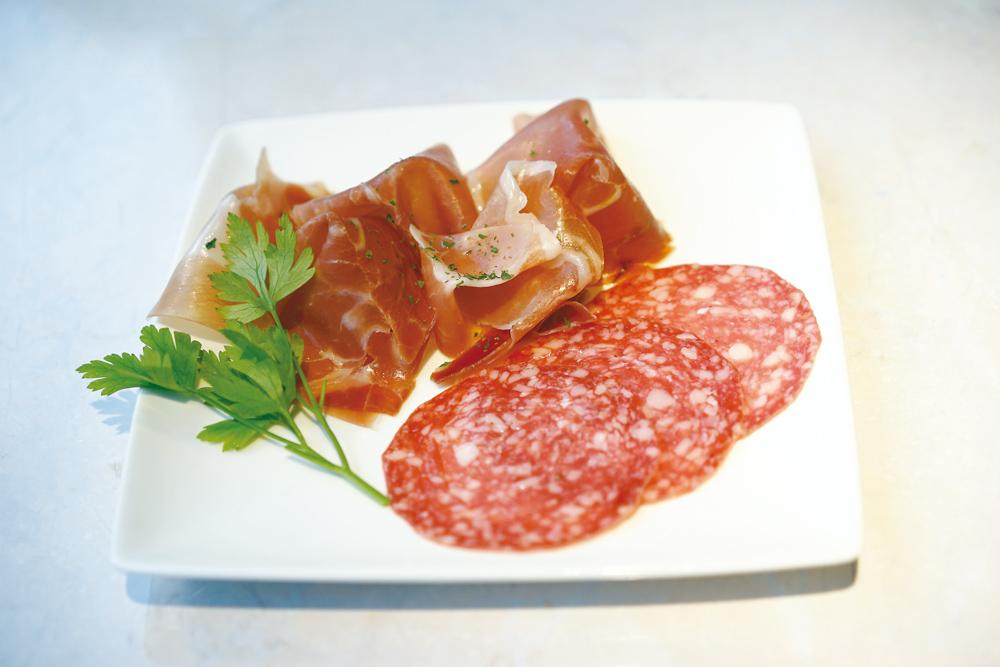 生ハム(イタリア産プロシュート、スペイン産ハモンセラーノ)+サラミ