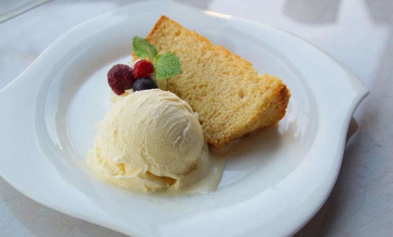 シフォンケーキのアイスクリーム添え