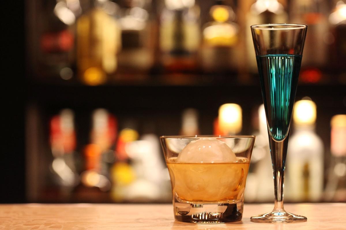 バーでの乾杯・飲み方